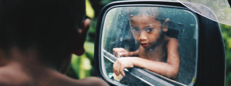 enfant avant de la voiture dangereux