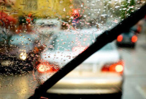 limitation vitesse sous la pluie jeune conducteur